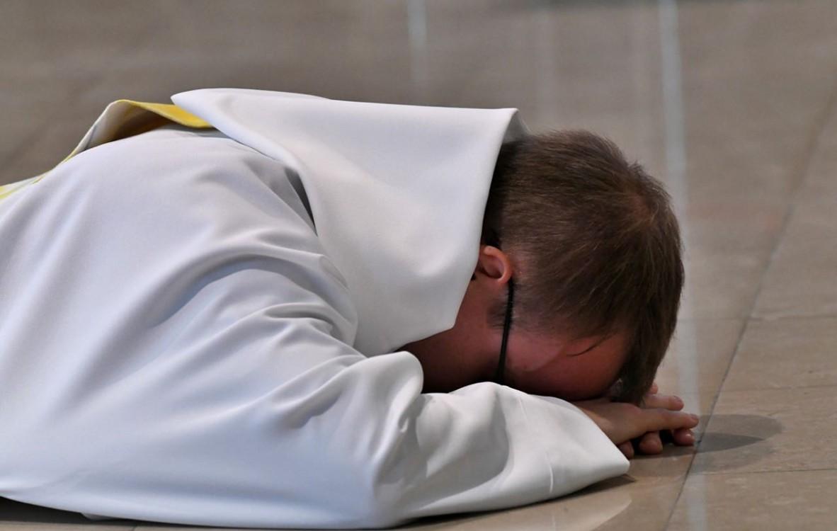 """""""Je suis tout à toi"""", humblement prosternés les nouveaux prêtres remettent toute leur vie à Dieu."""