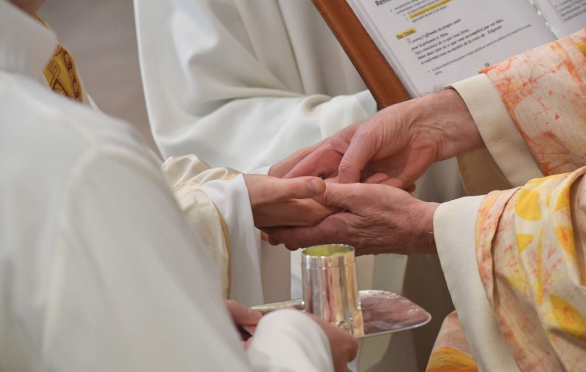 «Je t'ai consacré par l'onction». Lors de l'ordination l'évêque marque les mains du nouveau prêtre d'une onction d'huile.