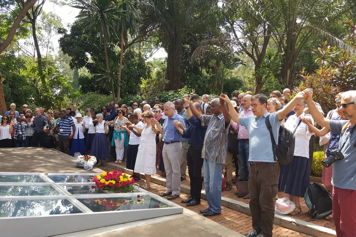 Prière au mémorial du génocide à Kigali