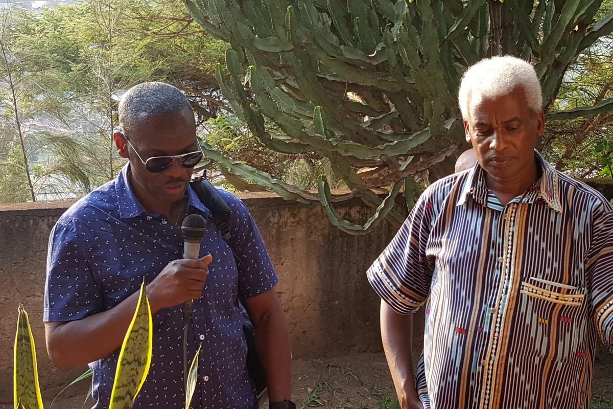 François-Xavier et jean-Marie évoquent le souvenir de Cyprien et Daphrose Rugamba, dans le jardin de leur maison
