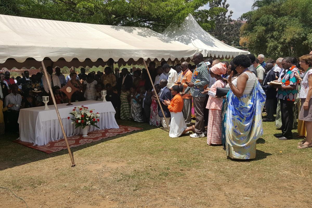 Devant le Saint Sacrement exposé, 150 Rwandais s'engagent dans la Communauté de l'Emmanuel