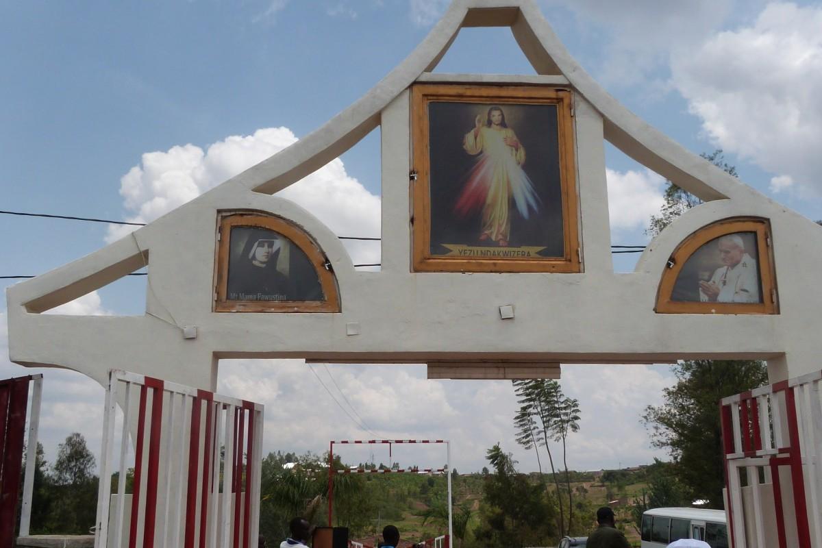 Passage de la porte sainte au sanctuaire Jésus Miséricordieux à Ruhango