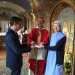 Sœur Violaine et Frère Jean-Christophe , supérieurs des fraternités Monastiques de Jérusalem remettent les clés de la Trinité des Monts à Laurent Landete, Modérateur de la Communauté de l'Emmanuel.