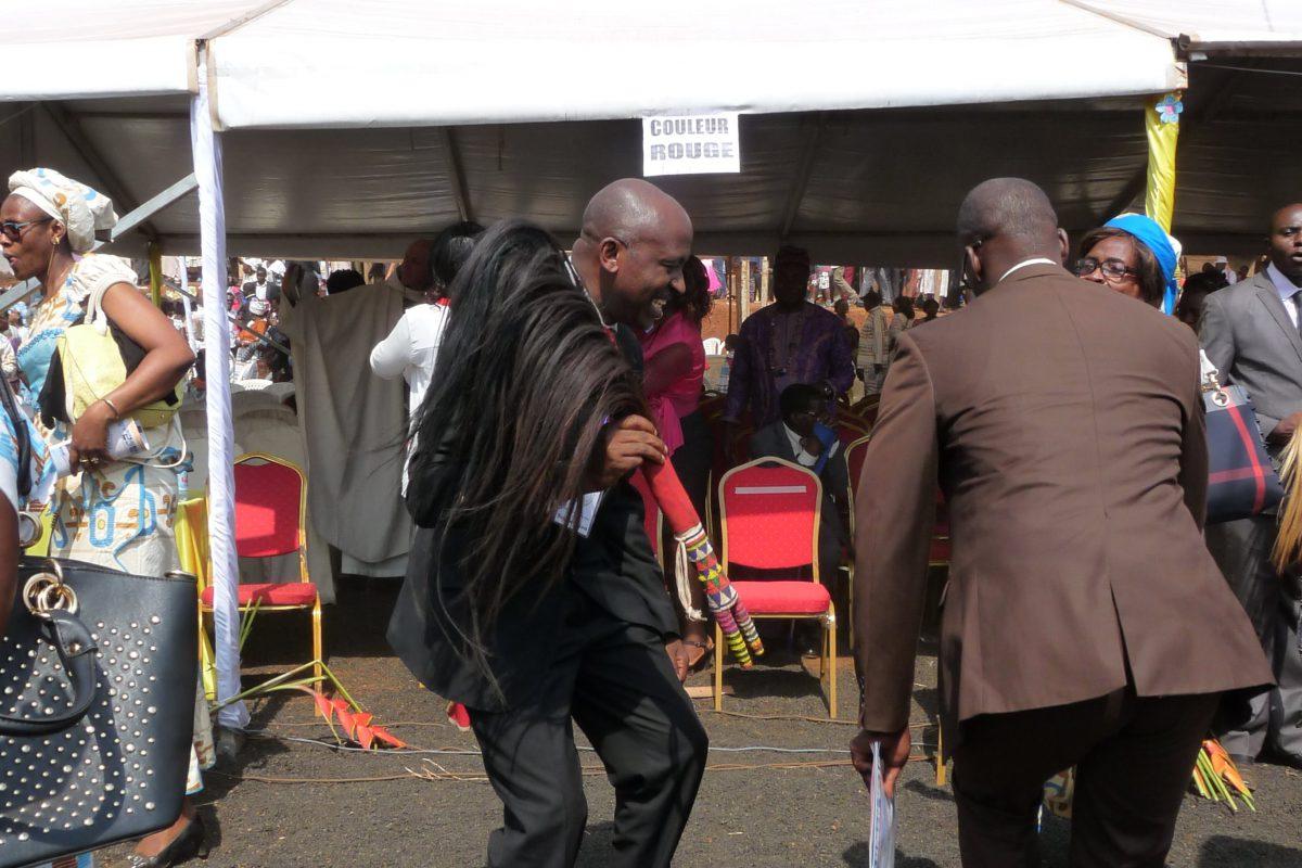Laurent Baleba (ancien responsable de la Communauté de l'Emmanuel pour le Cameroun) et Omer Mopiyé (actuel responsable pour Bafoussam), dansant à la sortie de la messe avec les queues de cheval, accessoire traditionnel camerounais.