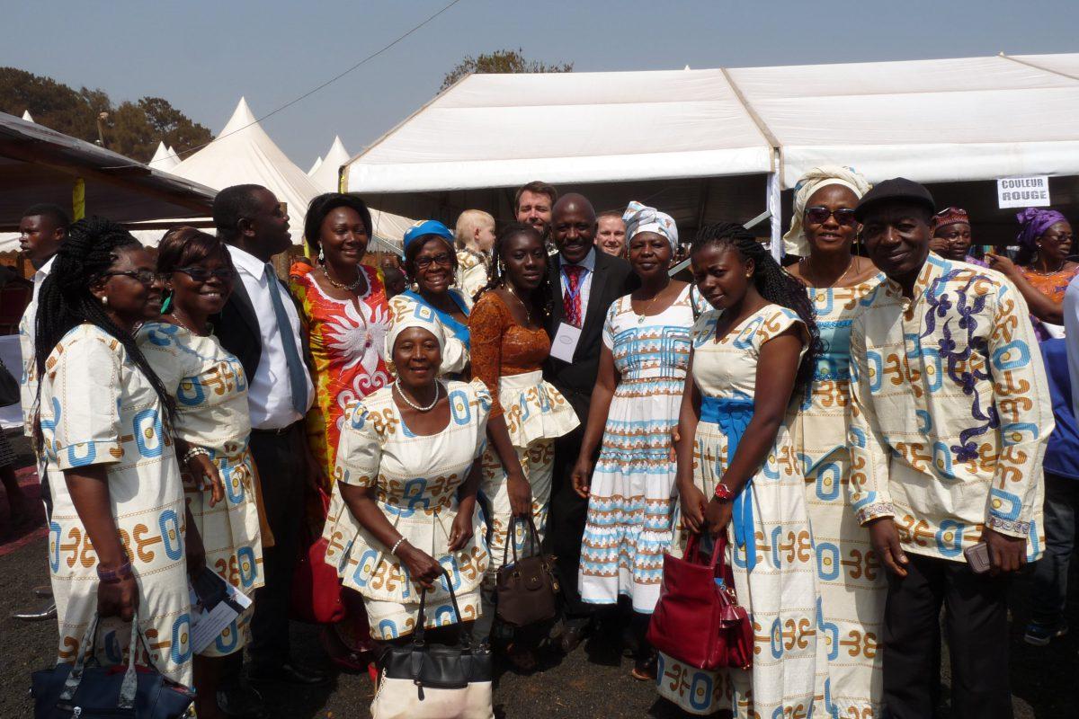 Membres de la Communauté de l'Emmanuel vêtus du pagne de l'ordination.