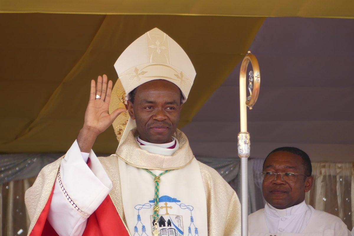 Mgr Dassi à la sortie de la messe d'ordination.