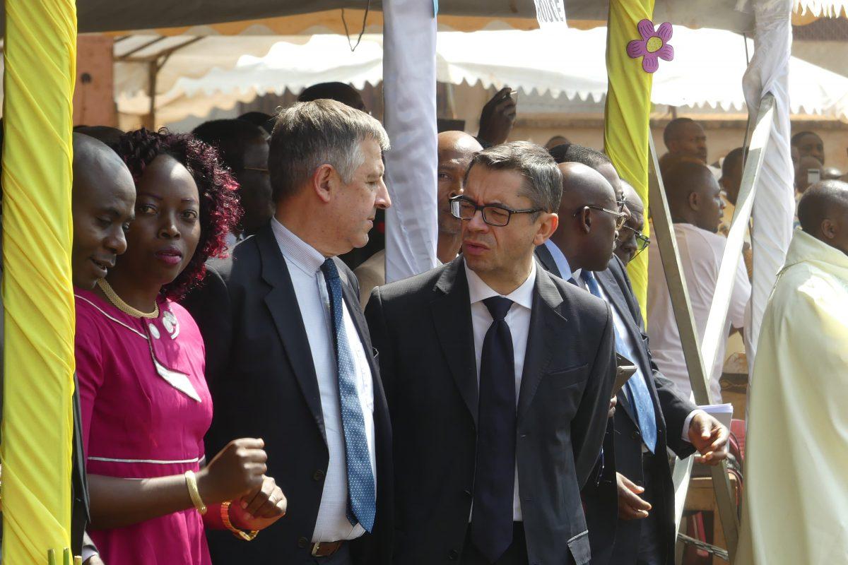 Michel et Lucie Taghme, responsables de la Communauté de l'Emmanuel pour le Cameroun, Pierre-François Graffin, délégué du modérateur pour l'Afrique et Laurent Landete, modérateur de la Communauté de l'Emmanuel.