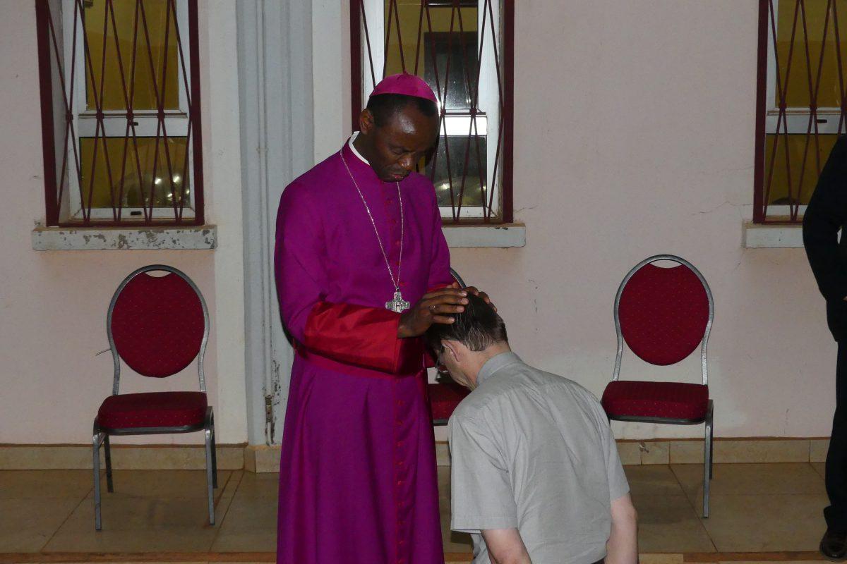 Bénédiction du P. Christophe Liony, de la Communauté de l'Emmanuel, en charge du suivi des prêtres en Afrique.