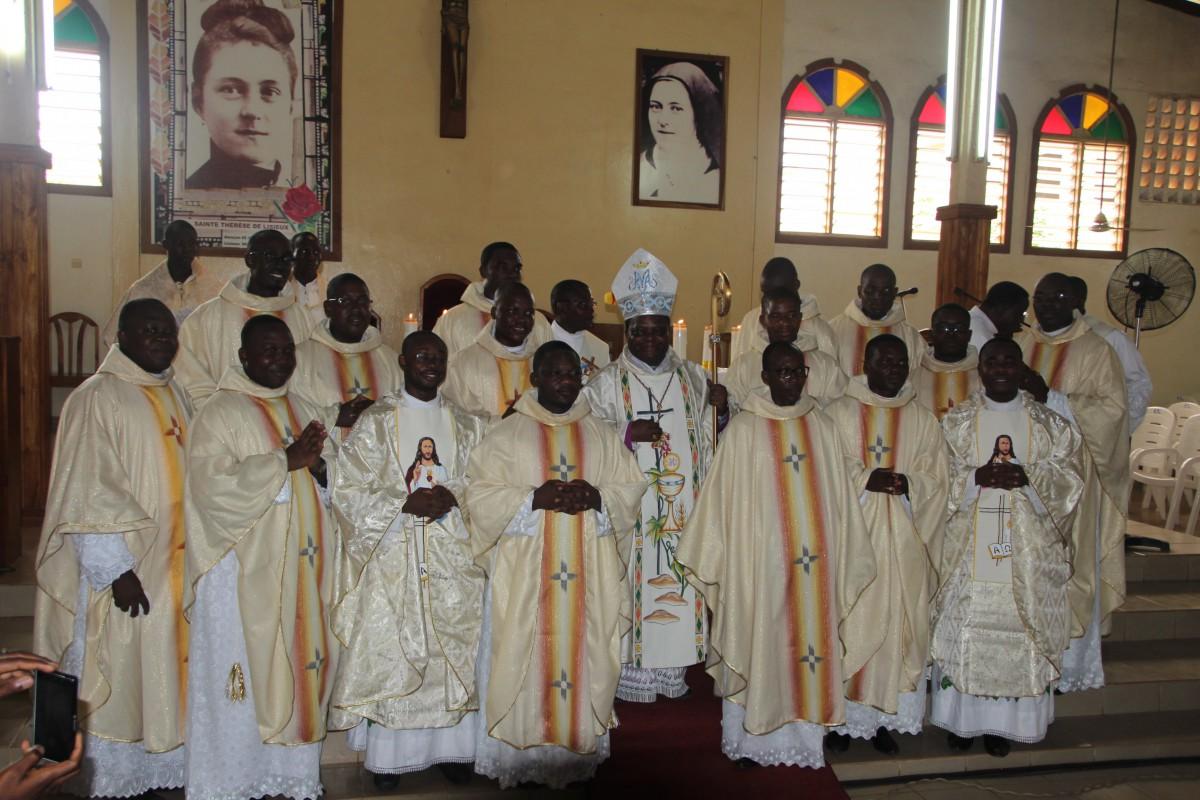 Les 16 ordonnés autour de l'évèque – Olivier en haut à gauche