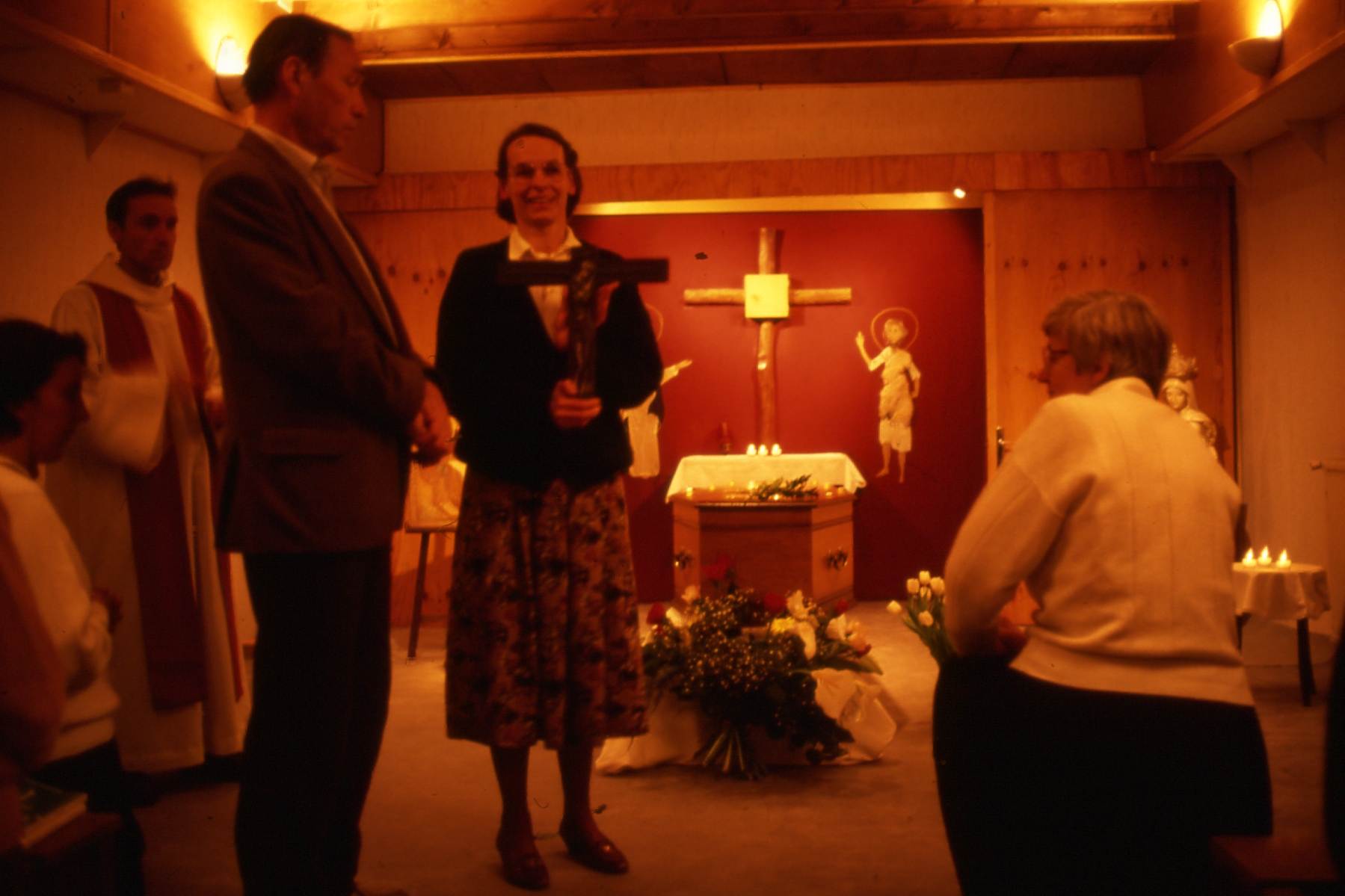 Hervé-Marie et Martine Catta debout dans la chapelle de la Péniche – 1991