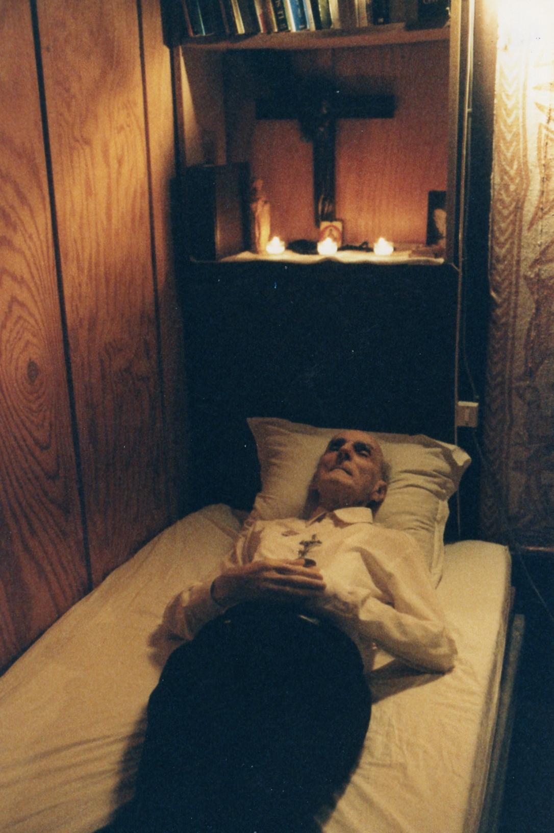 Pierre sur son lit de mort à la péniche – 1991