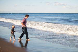 papa et fils a la plage BD